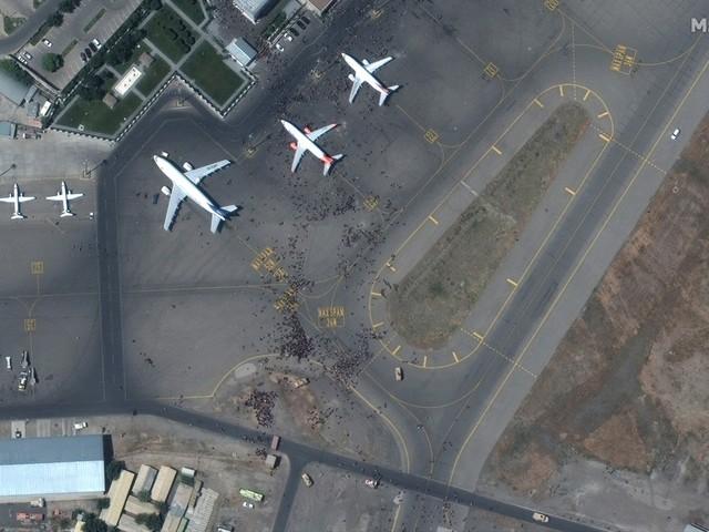 Explosão e tiros são ouvidos do lado de fora do aeroporto de Cabul