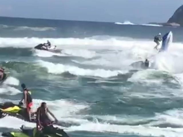 Mulher atingida por jet ski na Barra segue em estado grave