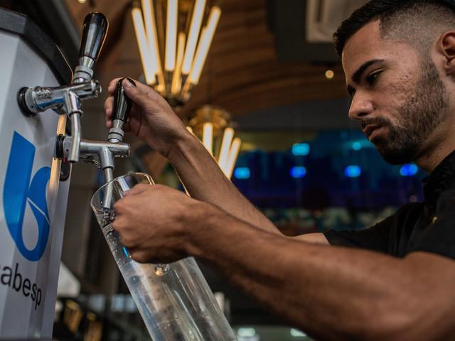 Sabesp instala chopeira e restaurante oferece água de graça para clientes
