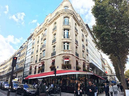 Um restaurante na avenida Champs Élysées