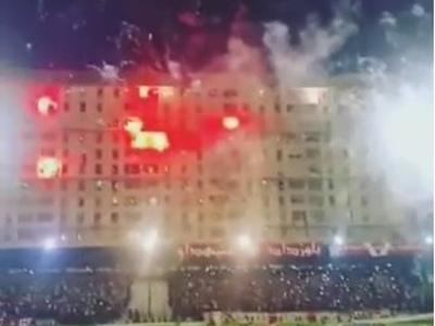 """Na Argélia, até prédio vizinho vira """"arquibancada"""" com sinalizadores"""