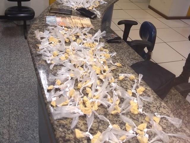 Dupla é presa com 404 sacolés de cocaína dentro de mochila em Três Rios