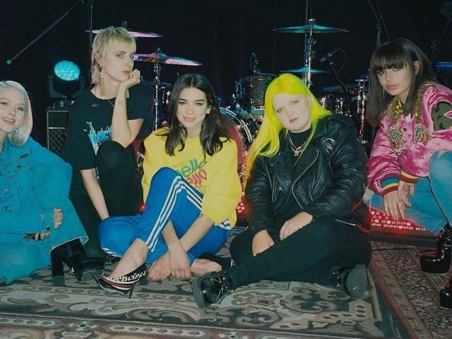 """Um girlband de respeito! Dua Lipa canta """"IDGAF"""" com Charli XCX, Zara Larsson, MØ e Alma"""