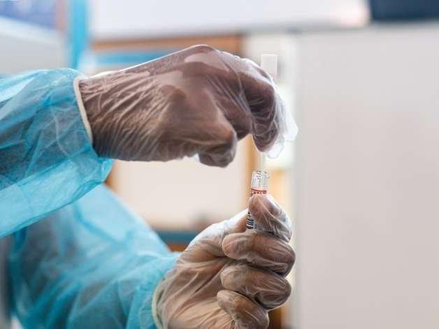OMS anuncia distribuição de 120 milhões de testes rápidos de Covid-19 a países pobres