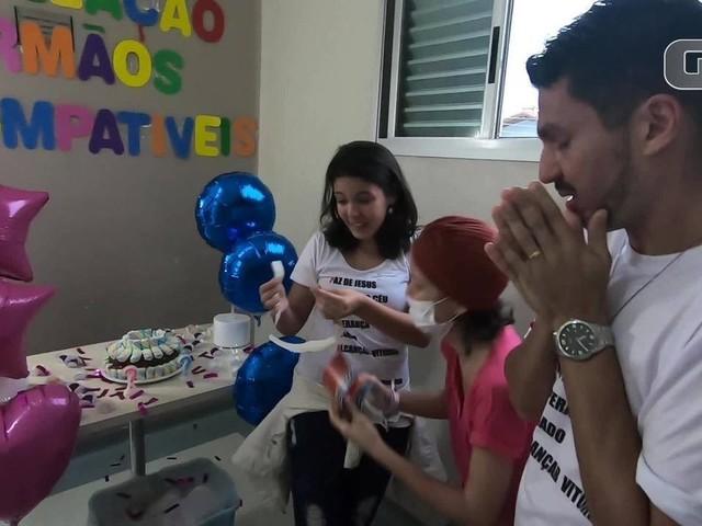 Paciente com leucemia faz chá revelação para anunciar irmão doador de medula; assista