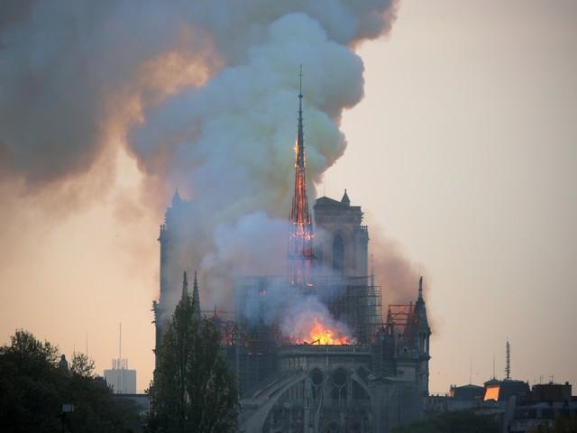Fogo atinge Catedral de Notre Dame, em Paris
