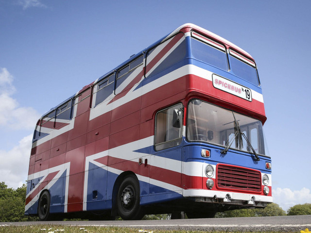 Airbnb oferece hospedagem no ônibus original das Spice Girls