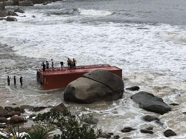Contêineres encalham em praia do litoral de SP e são saqueados após vazamento de cargas