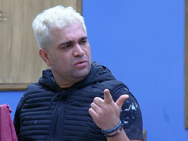 """A Fazenda 10: Evandro Santos detalha comportamento de peoas e detona: """"Complicadas"""""""