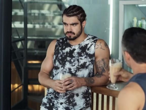 Caio Castro, no ar em A Dona do Pedaço, radicaliza novamente no visual e surge com aparência totalmente diferente