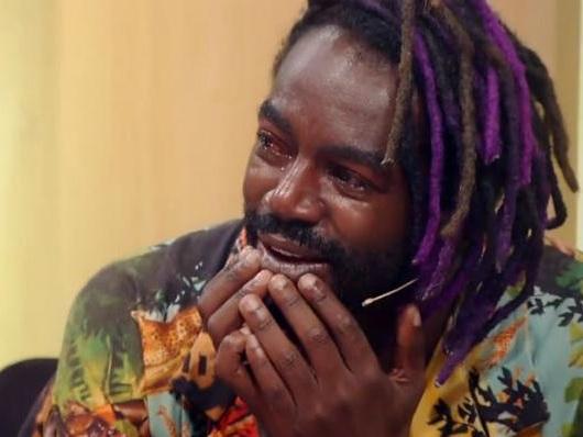 """Jonathan Azevedo vai às lágrimas na Globo ao relembrar como descobriu que era adotado: """"Ficava chorando. Não sabia distinguir"""""""