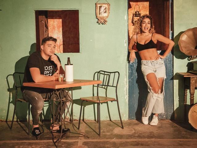 De cabelo cacheado, Anittagrava clipe com Wesley Safadão