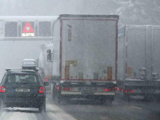 Weiter Verkehrschaos in Bayern: Autofahrer sitzen über Nacht auf gesperrter A8 im Schnee fest