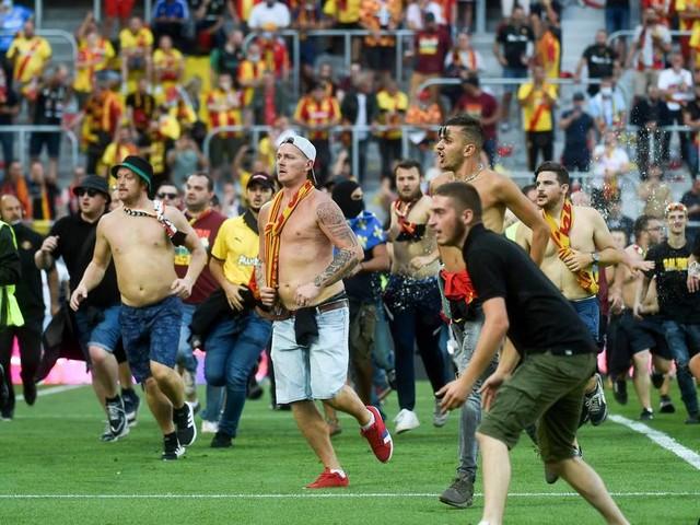 Erneut schwere Ausschreitungen in Frankreich: Fans prügeln sich bei Lens gegen Lille auf dem Spielfeld