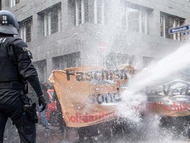 Frankfurt am Main: Polizei setzt Wasserwerfer bei Gegendemo zu Corona-Leugnern ein