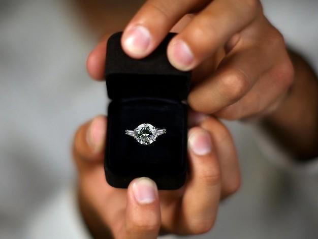 Sie merkt's nicht: Mann versucht wochenlang, einen Heiratsantrag zu machen
