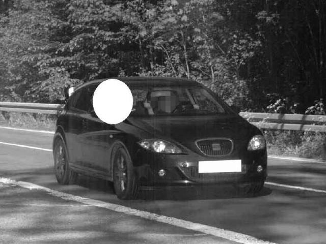 Kurioses Blitzerfoto: Autofahrerin zeigt Mittelfinger – was danach folgt, lässt sogar Polizei staunen