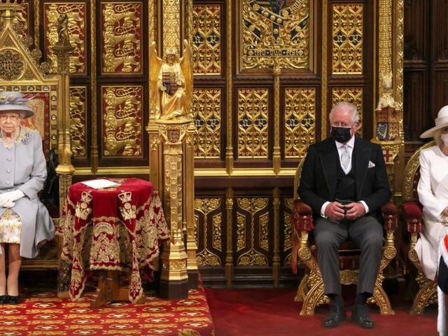 Ohne Krone und Mantel: Queen absolviert ersten großen Aufritt seit Prinz Philips Tod