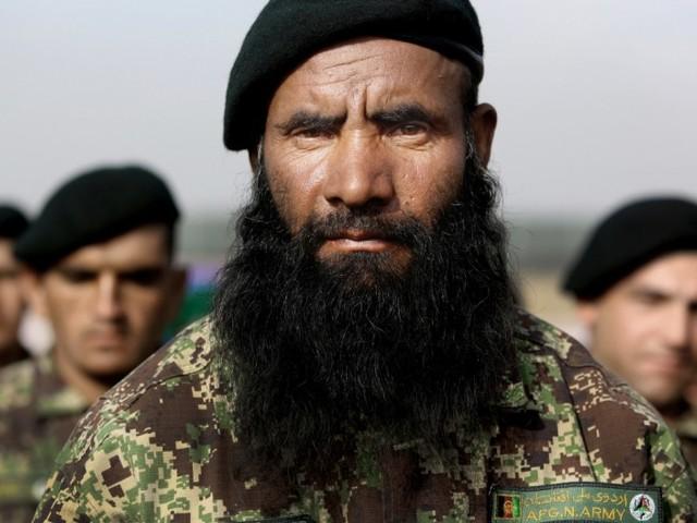 Steht ein grüner Soldat in der afghanischen Wüste