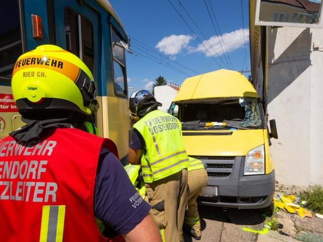 Kleinbus gegen Badner Bahn: Feuerwehr rettet eingeklemmten Fahrer