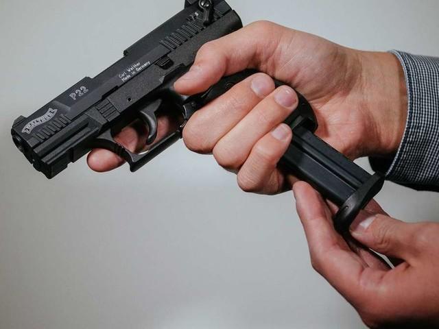 19-Jähriger ohrfeigt seine Ex-Freundin - plötzlich zückt er eine Pistole