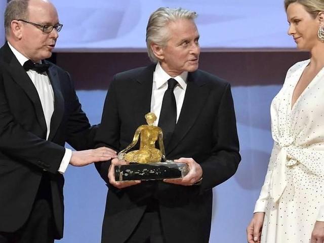 Ganz in Weiß - Fürstin Charlène von Monaco stiehlt Michael Douglas die Show