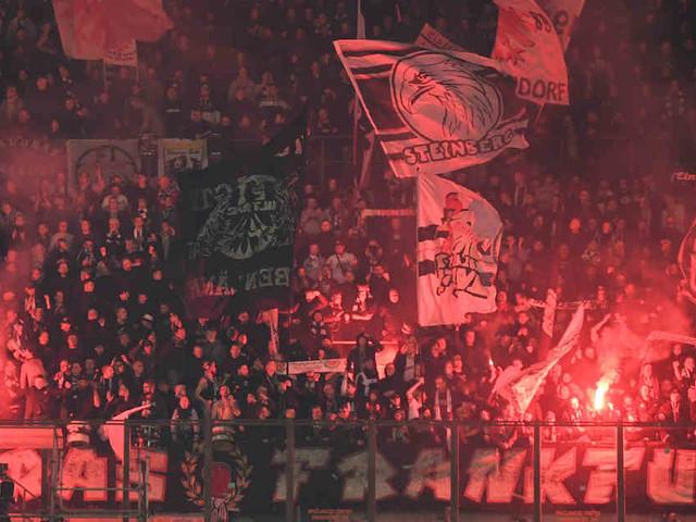 Nach Pyro-Einsatz in Mailand: Eintracht-Anwalt kämpft gegen Fanausschluss in der Europa League