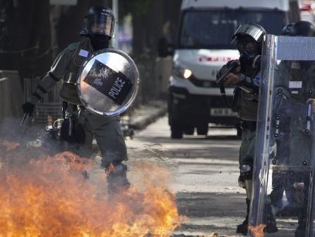 Brandsätze und Katapulte: Neue Gewaltwelle in Hongkong