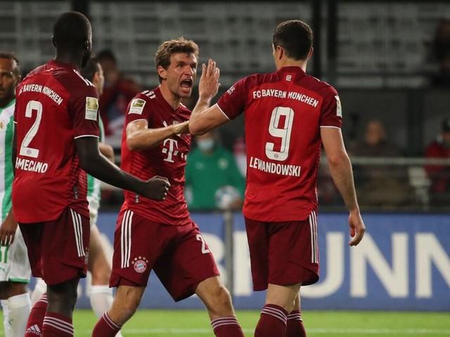 FC Bayern siegt trotz langer Unterzahl - Pavard sieht nach Foul Glattrot