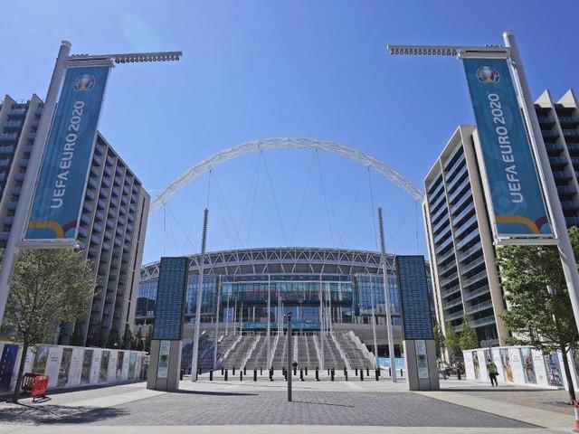 Fußball-EM: Zuschauer stürzt von Tribüne im Wembley-Stadion