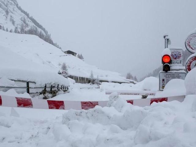 Höchste Lawinenwarnstufe - Gesperrte Straßen, abgeschnittene Dörfer: Schnee-Drama in den Schweizer Alpen