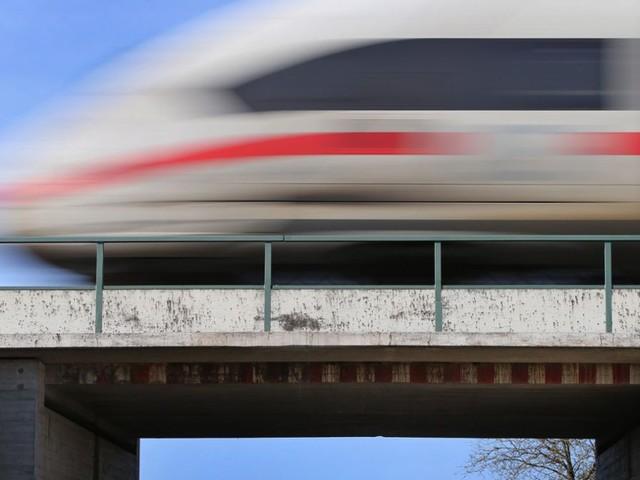 Im ICE von Karlsruhe nach Mannheim: Senior gibt sich bei Fahrkartenkontrolle als 23-Jähriger aus