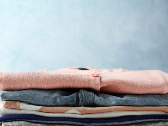 Weichspüler, Waschmaschine und Co.: Bloß nicht! DAMIT zerstören Sie ihre Kleidung