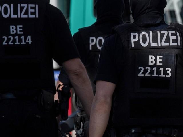 Mehrere Polizisten bei Demo gegen Corona-Regeln verletzt – Frau beißt Beamten