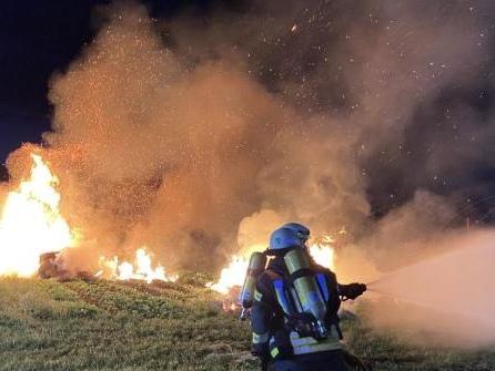 Strohballen stehen in Flammen – Brandstiftung nicht ausgeschlossen