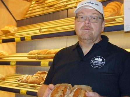 Bäcker Lars Bahnsen hilft mit Spenden-Brot seinen Kollegen im Ahrtal
