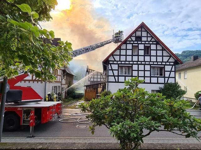 Dachstuhlbrand: Fachwerkhaus in Einruhr in Flammen