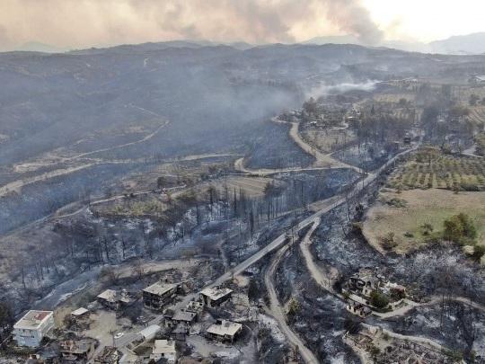 Türkei - Mindestens drei Tote bei Waldbränden nahe Antalya - Mehr als hundert Verletzte
