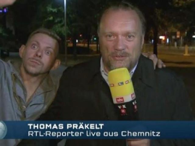 Chemnitz: Mann stört Reporter bei Liveübertragung und streckt rechten Arm aus