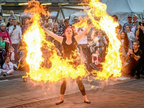 Mittelaltermarkt: Michaelismarkt in Bottrop: Schwertkämpfe und Feuershow