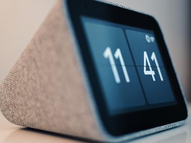 Lenovo Smart Clock | Der elegante smarte Wecker auf dem Nachttisch im Closer Look oder Radiowecker 2.0