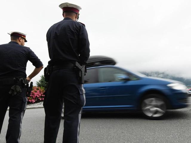 Fahren ohne Fahrerlaubnis: 50 Jahre ohne Führerschein: Autofahrer fliegt bei Polizeikontrolle auf