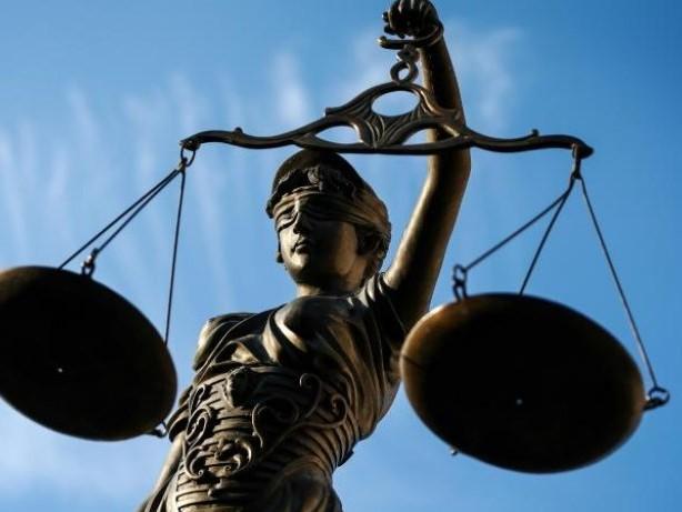 Urteil zur Mithaftung: Schneller als Richtgeschwindigkeit auf glatter Straße