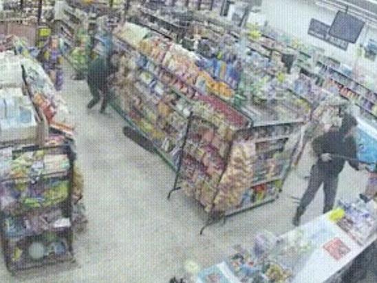 Ladendiebe werden auf frischer Tat von Ladendieb überrascht, entwaffnen ihn und flüchten…