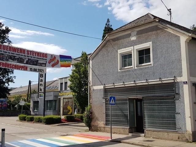 Steyregg: Regenbogen-Schutzweg vor Zentrum der Identitären