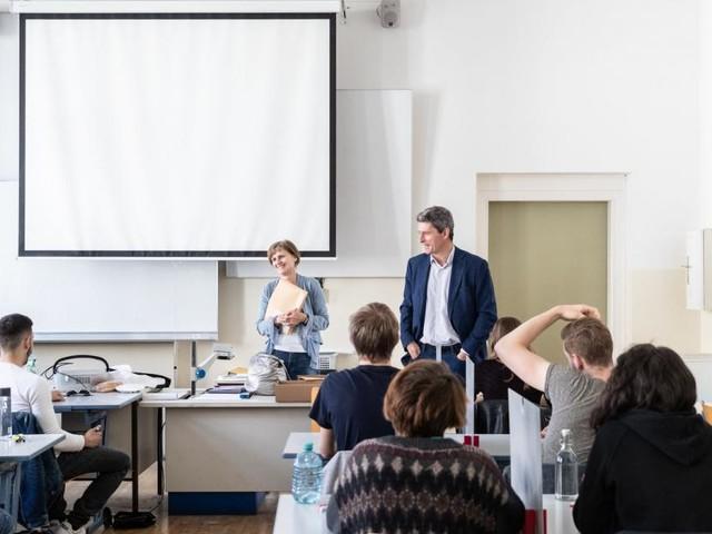 400 Lehrer in Weiterbildung für neuen Ethikunterricht