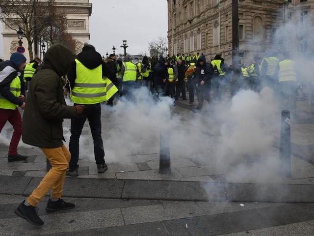 """Ausnahmezustand in Frankreich - Proteste der """"Gelbwesten"""" weiten sich aus"""