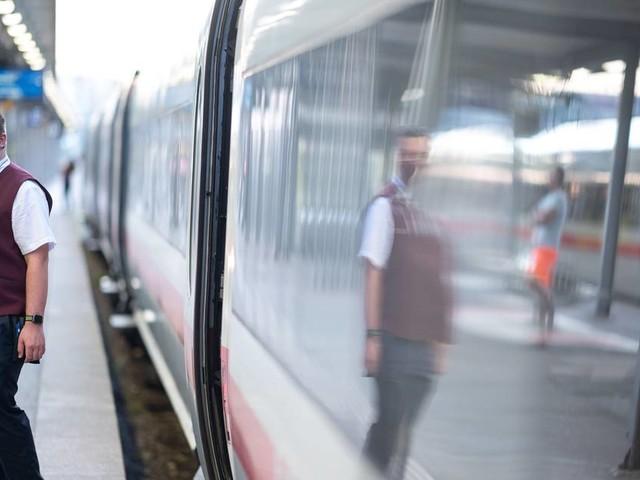 Maskenpflicht in der Bahn: Bahn will Maskenpflicht mit Zug-Verweisen durchsetzen