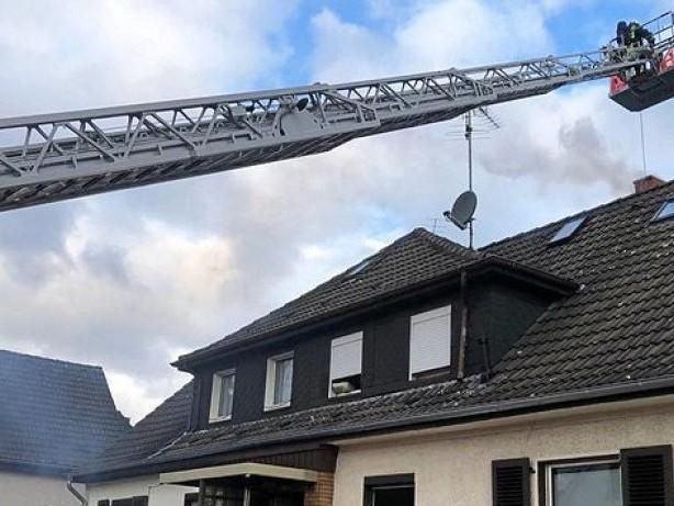 Feuerwehr: Mülheim: Brennender Schornstein qualmt heftig