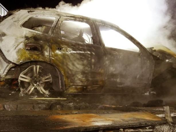 Einsatz: Feuer in Wilnsdorf: Volvo brennt aus, BMW wird beschädigt